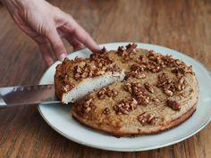 Dieser saftige Kuchen ist zucker- und glutenfrei und zeigt, dass man bei der Paleo-Ernährungsweise immer noch ab und zu lecker naschen kann.