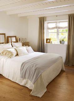 Dormitorio pequeño en blanco y madera con techo de vigas vista y espejos_404344