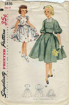 Simplicidad 3836: Uso este patrón de costura vintage de los años 1950 para las niñas a coser un partido más que se viste con un midriff ajustada y una falda completa acampanadas de sesgo y una enagua separada! Detalles del vestido: -Blusa cabida con cómodo contorneado submamario en frente -Escote cuadrado con vestee opcional -falda acampanadas completo sesgo se reunieron para cintura -corta mangas abullonadas o codo mangas de globo -nuevo cierre botón -cinturón de cinturón del mismo tejido…