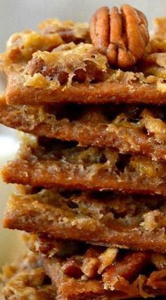 Pecan Praline Pie Bark ~ So easy, so delicious. Tastes like a cross between gooey pecan pie and melt-in-your-mouth pralines. This Pecan Praline Pie Bark tastes like a cross between gooey pecan pie and melt-in-your-mouth pralines. So easy, so delicious! Pecan Recipes, Candy Recipes, Sweet Recipes, Cookie Recipes, Dessert Recipes, Cheesecake Recipes, Pecan Pie Bark Recipe, Praline Recipe, Toffee Recipe