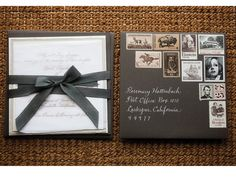 Decoren el sobre de las invitaciones de boda con timbres de correo antiguos para darles un toque vintage.