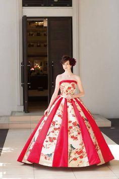 縦に入った赤が効いてるモダンお洒落な和ドレス♪ ウェディングドレスからのお色直しで着たいマルチカラーのカラードレスまとめ☆