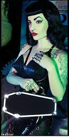 When You Want Gothic Jewelry, We Have The Tips You Need. Photo by shinycatcreations There is a lot more to owning gothic jewelry than being flashy and spending extravagant amounts of money. Looks Rockabilly, Rockabilly Fashion, Rockabilly Girls, Estilo Pin Up, Estilo Retro, Dark Romance, Retro Tattoos, Gothic Aesthetic, Gothic Models