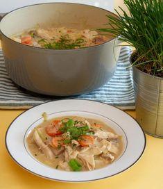 En tallerken med hønsefrikassé Thai Red Curry, Soup, Meat, Chicken, Ethnic Recipes, Alternative, Soups, Cubs