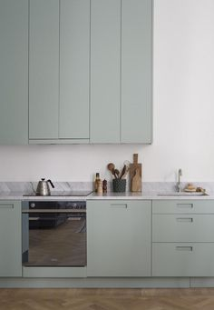 Mint green kitchen - via Coco Lapine Design blog http://tracking.publicidees.com/clic.php?progid=2221&partid=48172&dpl=https%3A%2F%2Fwww.gifi.fr%2Fcuisine-art-de-la-table%2Fart-de-la-table.html