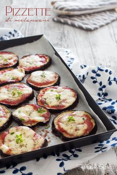 Very quick aubergine pizzette Vegetable Recipes, Meat Recipes, Cooking Recipes, Healthy Recipes, Eggplant Pizzas, Eggplant Recipes, Aubergine Recipe, Good Food, Italian Recipes