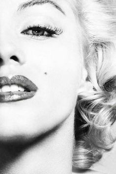 Marilyn Monroe sexy photography black and white female celebs lips makeup famous actress glamour shes my idol! Hollywood Glamour, Classic Hollywood, Old Hollywood, Pin Up, Arte Marilyn Monroe, Marilyn Monroe Wallpaper, Marilyn Monroe Makeup, Photo Vintage, Norma Jeane