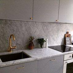 Kök med mässing och marmor