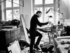 Enki Bilal au travail dans son atelier.