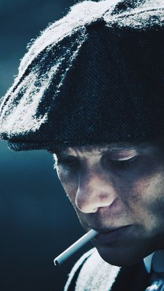 A beautiful close up of Thomas Shelby Peaky Blinders 💙 Peaky Blinders Season, Peaky Blinders Series, Peaky Blinders Quotes, Peaky Blinders Thomas, Cillian Murphy Peaky Blinders, Gangsters, Series Movies, Tv Series, Peaky Blinders Characters