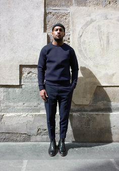 Simple is beautiful - black sweater - men's fashion - menswear - refin Black Boys, Black Men, Man Street Style, Stylish Men, Men Casual, Smart Casual Outfit, Trendy Fashion, Mens Fashion, Fashion Menswear