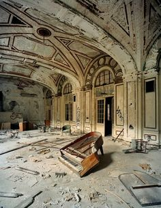 Ruinierte Schönheit: Ballsaal im Lee Plaza Hotel am West Grand Boulevard in Detroit, Michigan. Looks Nothing Like This , But I Was Born On Grand Blvd. , At Henry Ford Hospital... !~  design-dautore.com -   Andrew Moore - Cuba