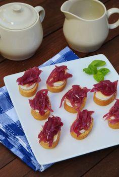Canapés de Brie e Chutney de Cebola Roxa  Receita: http://arcoirisnacozinha.blogspot.pt/2017/01/canapes-de-brie-e-chutney-de-cebola-roxa.html