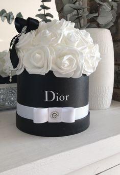 Hat Box Flowers, Flower Box Gift, Flower Boxes, Faux Flowers, Gift Flowers, Hat Flower, Flores Dior, Chanel Flower, Chanel Decor