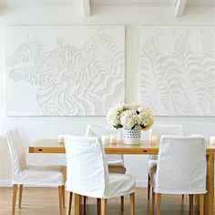 Quadros brancos em paredes brancas.