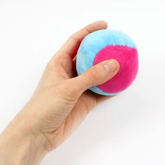 Sew ball from plush (+ free sewing pattern - It is THE toy for young and old: the ball. With our video instructions + freebook you can now sew o - Sewing Patterns Free, Free Sewing, Hand Sewing, Free Pattern, Invisible Stitch, Diy Bebe, Diy Clothes Videos, Types Of Stitches, Barbie