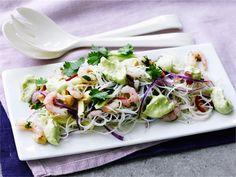 Nuudeli-katkarapusalaatti on riisinuudeleista valmistettu itämainen salaatti, joka tarjotaan guacamolemaisen avokadokastikkeen kanssa. #valioreseptit