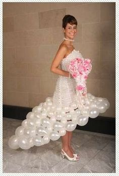 Awesome/crazy: Wedding gowns made of balloons Bad Dresses, Crazy Dresses, Ugly Dresses, Ugly Outfits, Weird Wedding Dress, Unusual Wedding Dresses, Wedding Dress Fails, Wedding Attire, Wedding Gowns
