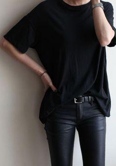 Pantalón cuero ecológico remera negra. Black for ever