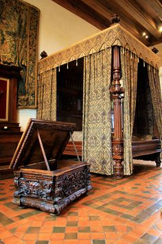 Châteaux d' Amboise, aile Louis XII, Chambre Henri II, Indre et Loire 37 Castle Rooms, Castle Bedroom, Medieval Bedroom, Real Wood Furniture, Royal Bedroom, Interior And Exterior, Interior Design, Classic Interior, Beautiful Bedrooms