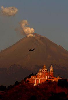 Una columna de ceniza y vapor sale del volcán Popocatépetl eclipsando la iglesia católica, Nuestra Señora de los Remedios o Nuestra Señora de los Remedios en Cholula, Puebla (Marco Ugarte/AP)