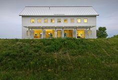 Fantastic metal roof and siding white exterior by Sethbennphoto Exterior Tradicional, Design Exterior, Exterior Siding, Exterior Homes, Facade Design, Modern Farmhouse, Farmhouse Style, Farmhouse Design, Villas