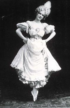 """ya era famosa como actriz infantil en la década de 1890, su éxito llegó cuando protagonizó """"The Merry Widow"""" en 1907."""