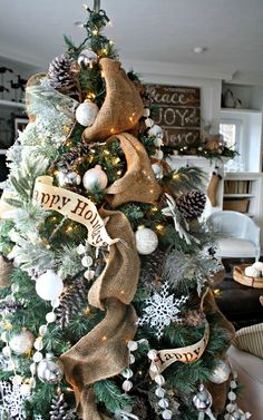 Check Out 31 Captivating Indoor Rustic Christmas Decor Ideas. Rustic Christmas is just exciting, it's so cozy and inviting that I just can't wait to decorate my country home in this style! Christmas Tree Themes, Noel Christmas, Country Christmas, Winter Christmas, Christmas Tree Decorations, Christmas Wreaths, Xmas Tree, Rustic Christmas Trees, Christmas Crafts