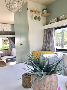 Super ideas for camper redo travel trailer remodel roads Caravan Renovation Diy, Diy Caravan, Caravan Makeover, Retro Caravan, Camper Caravan, Diy Camper, Airstream Campers, Caravan Hire, Camper Storage