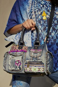 Bag London Mini with lots of pockets, embroidered details and a zipper fastening