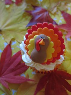 Thanksgiving Turkey Cupcake Toppers (pic only) Cute Turkey Cupcakes, Thanksgiving Cupcakes, Holiday Cupcakes, Thanksgiving Turkey, Holiday Desserts, Fondant Cupcake Toppers, Fondant Cookies, Cupcake Cakes, Animal Cupcakes