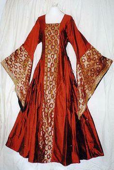 Es un vestido rojo con muchas decoraciones , de la edad media.