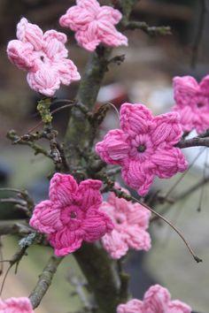 Lente bloesem - Haal het voorjaar in huis. Bloesem om te haken. Haakpatroon bloemetjes.