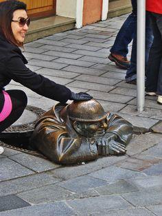 ¿Trae suerte tocarla? Bratislava, Bags, Fashion, Purses, Fashion Styles, Totes, Lv Bags, Hand Bags, Fashion Illustrations