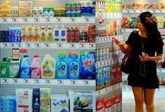 Il supermercato virtuale di Tesco sui vetri della metropolitana di Seoul, tu clicchi col cellulare sul codice del prodotto e il supermercato ti prepara lo scatolone con la merce richiesta. Poi te la portano comodamente a casa!! In Italia non vedremo nemmeno l'ombra di un supermercato così!!