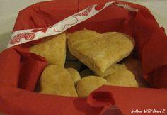 Cuori di ricotta! Idea di regalo per San Valentino. Scatola decorata con un tovagliolo rosso e nastri cuoriciosi.
