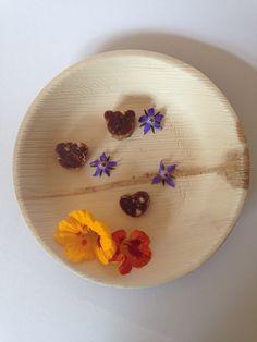 Rauwe bonbons in leuke beer en hart vormpjes met biologische eetbare bloemen op een palmblad bordje. Leuk als kinder traktatie!