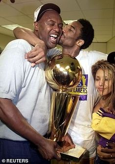 Kobe Bryant celebrates with his father 'Jellybean' after winning the NBA Finals trophy against the Indiana Pacers in 2000 Nba Championship Rings, Nba Championships, Kobe Bryant 8, Kobe Bryant Family, Kevin Garnett, Kobe Bryant Daughters, Phil Jackson, Kobe Bryant Pictures, Sport Nutrition