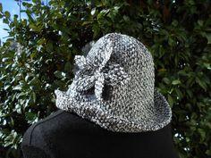 Cappello da donna con fiore decorativo , in misto lana boucle.