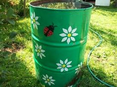 Recicla cilindros y utilízalos como contenedores de agua de lluvia para que después riegues áreas verdes sin utilizar agua potable