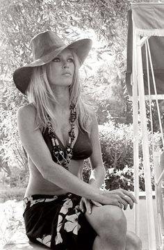 SAINT-TROPEEEZ -         Beautiful bw picture of Brigitte Bardot à la Madrague (her house), St-Tropez...