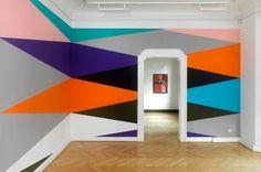 """""""Don't Look Now"""" – geometrische Wandmalereien von Lothar Götz"""