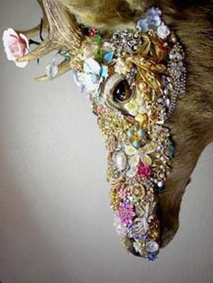 I didn't even like taxidermy until I just saw this, ah! It's so beautiful and unique! It's amazing what a little bit of color and sparkles can do!