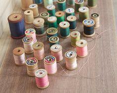 Collection instantanée de 45 fil Vintage soie et coton, sur des bobines en bois. Couture vintage Ephemera. Fournitures de couture.
