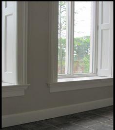 Vloerplint met vensterbank en raamblinden