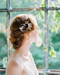 So Hélo – Cléophina Brautträume von Ludovic Film Photographer Natural Bridal Hair, Bride Makeup Natural, Bridal Hair Down, Bridal Hair Updo, Bride Hairstyles, Vintage Hairstyles, Down Hairstyles, Hairstyles With Bangs, Pretty Hairstyles