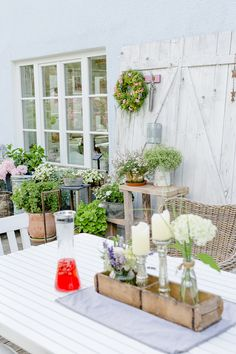 Deko und Kranz aus Sommerblumen selbstgemacht Inspiration for the terrace, make the summer wreath, Pomponetti decoration Summer Door Wreaths, Wreaths For Front Door, Wood Trellis, Sunflowers And Daisies, Homemade Modern, Wood Mantle, Summer Wedding Decorations, Outdoor Living, Outdoor Decor