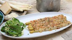 Wir sind mitten in der Spargelzeit und auch das königliche Gemüse kann preiswert auf den Tisch kommen. Im Ofen gratiniert ist der Spargel das Hauptgericht und der Schinken versteckt sich in der Parmesankruste.