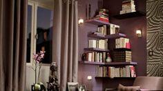 La bibliothèque s'invite dans le salon // http://www.deco.fr/diaporama/photo-la-bibliotheque-devient-reine-du-salon-51108/bibliotheque-etagere-fixation-invisible-720864/#slideshow_trans