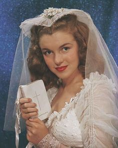 In 1946, Richard Miller took pictures of Norma Jeane for Personal Romance Magazine, where she posed wearing her own wedding gown. Here she's holding a prayers book belonging to Richard Miller's wife. 💙 - - #mm #legend #beautiful #icon #iconic #marilyn #monroe #marilynmonroe #normajeane #normajeanebaker #oldhollywood #OH